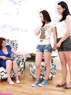 Бабушка поглядела на лесбийский секс молодых телочек