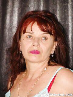Рыжеволосая бабушка показывает в студии висячие дойки