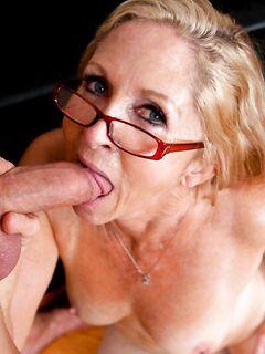Бабушка в очках жестко трахалась в любимой позиции