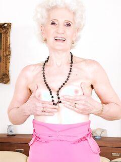 Наглая старушка вылизала очко молоденькой лесбиянки