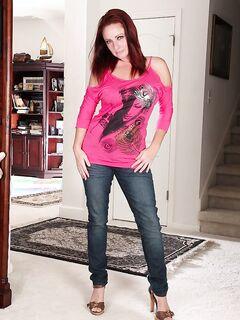 Рыжая бабушка с горячей попкой снимает свои джинсы