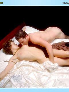 Алиса Милано оголяет свои сексуальные сиськи