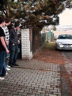 Три молодых парня трахают толпой красивую девушку