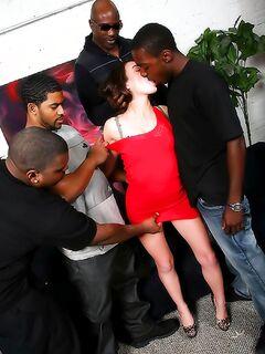 Худая шлюха трахается с толпой чернокожих парней