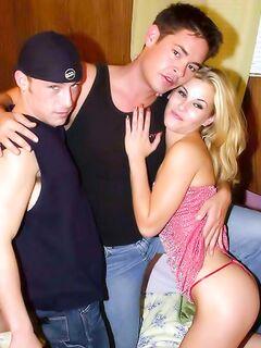 Горячая блондинка насладилась супер сексом с бисексуалами