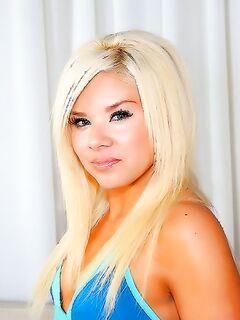 Красивая и голая блондинка трахалась с использованием презерватива