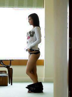 Красивая телка с большими сиськами фоткалась во отеле