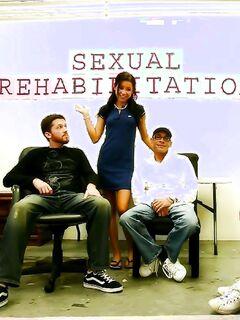 Сладкая студентка ублажает толпу старперов на секс-семинаре