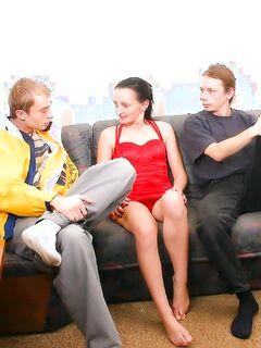 Русские студенты трахают толпой старую шлюху на диване