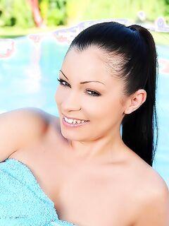 Голые девушки в бикини занимались любовью в бассейне
