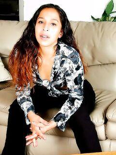 Юная красотка Саманта показала волосатую письку на диване