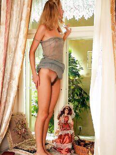 Стройная молодая девушка показала, что у нее меж ножками