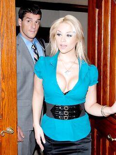 Красивая блондинка в чулках дала начальнику за повышение