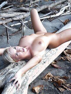 Девка показала свою писю в лесу