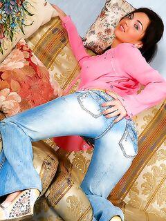 Студентка в джинсах любуется на себя в розовом нижнем белье