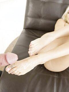 Великолепная блондинка жестко трахалась со спермой на ножки