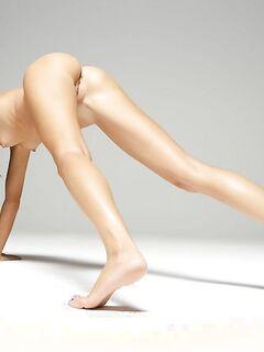 Сучка танцует стриптиз в эротичном белье на первом кастинге