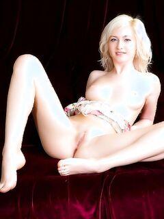Прелестная блондинка эротично открывает свое тело