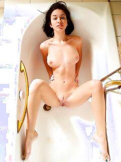 Худая принцесса сексуально принимает горячую ванну
