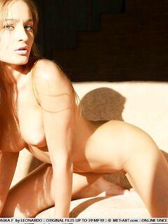 Худая девица с красивым телом позирует на солнышке