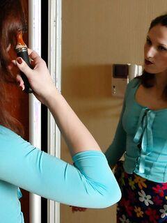 Русские лесбиянки в чулках лижутся в гостиной