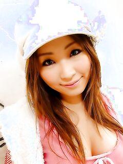 Модная японочка показала свои прелести под юбкой