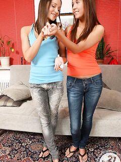 Русская лесбиянка воткнула две секс игрушки в анус своей подружки