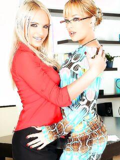 Русские любовницы наслаждаются анальными ласками на работе