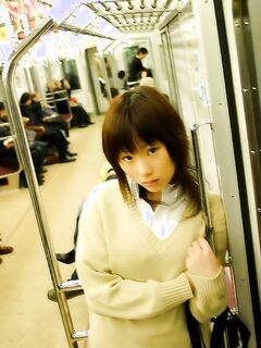 Японская девица в бикини встает в позы для ебли