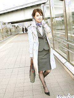 Японская стюардесса согласилась на игры с вибратором пассажира
