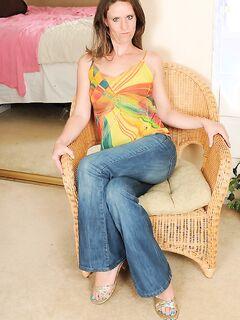 Страшненькая тёлка извивается на стуле
