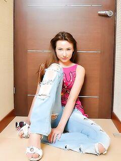 Девчонка в порванных джинсах красиво позирует
