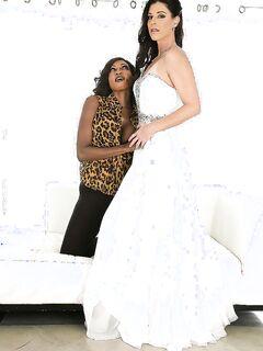 Черная костюмерша вылизала сладкую пилотку зрелой невесты