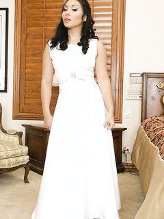 Азиатская невеста засунула нежный пальчик в сладкую пилотку