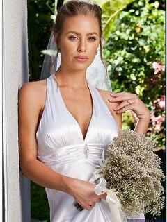 Голубоглазая невеста разделась догола пока ждала свадебный кортеж