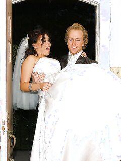 Свежеиспеченный муж вгоняет большой член в нежную киску невесты
