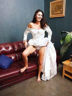 Длинноногая невеста раздевается догола в отдельной комнате