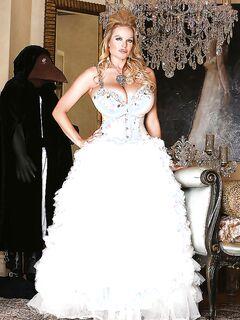 Роскошная пышногрудая невеста выставляет напоказ шикарные дойки