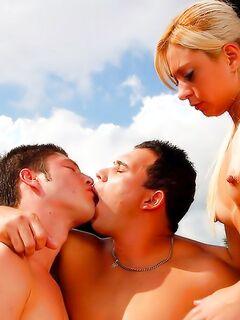 Красивая блондинка насладилась двумя членами