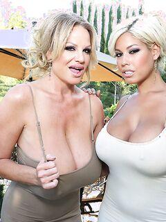 Две богатые мамочки трахаются с молодым лакеем
