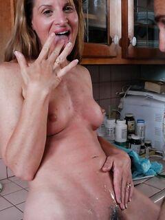Русская домохозяйка трахается в пизду на кухне