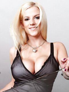 Блондинка с большими натуральными грудями берет в рот у друга