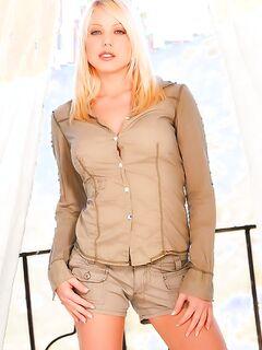 Блонда со стройной попкой танцует классный стриптиз