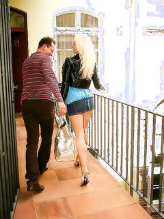 Блондинка с татуировкой трахается в анал