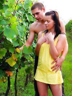 Русский любовник лижет письку телочки на природе
