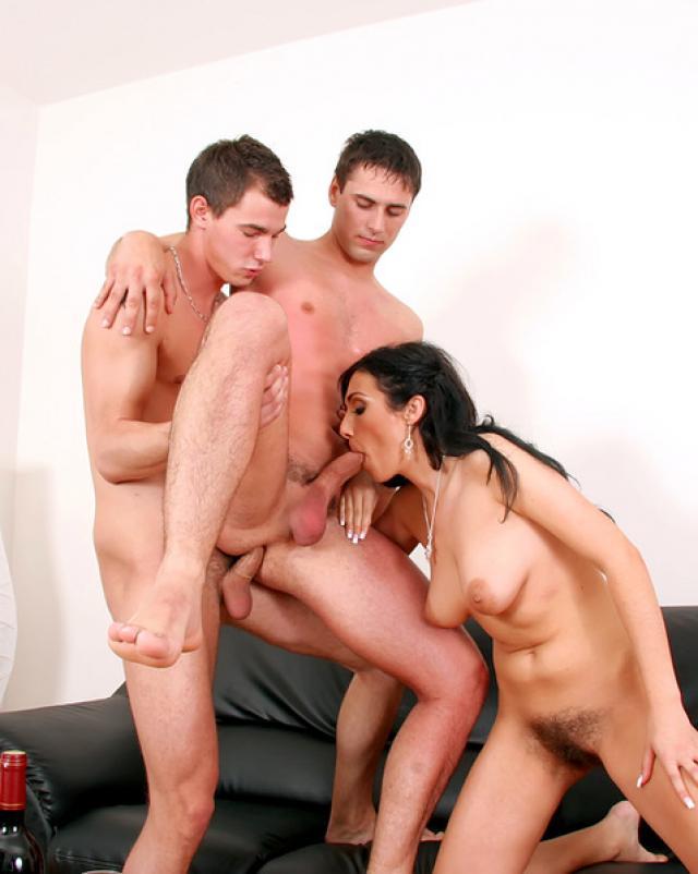 Девушка участвует в ебли с бисексуалами