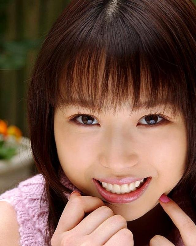Молодая девушка хвастается волосатой пиздой