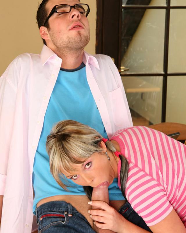 Доктор ебет девушку в тугие дырки