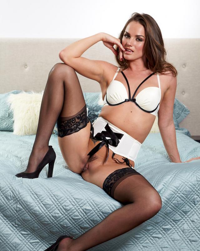Секс фото молодой девушки в чулках и красивом белье на кроватке
