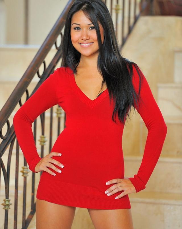 Миниатюрная азиатка в красном платье растянула киску
